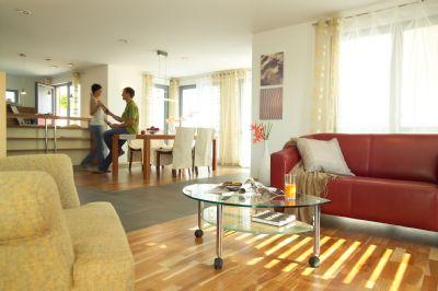 Wohnbereich mit offener Küche und Eßbereich.
