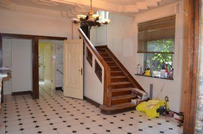 Diele mit Garderobe und Treppenaufgang