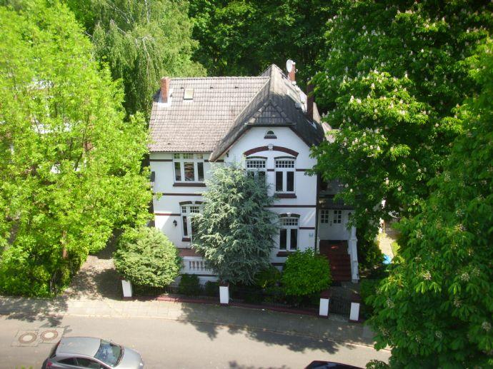 Einziehen und wohlfühlen! 3-Zimmer-Wohnung in Jugendstilvilla mit großem Balkon in direkter Parklage zu vermieten