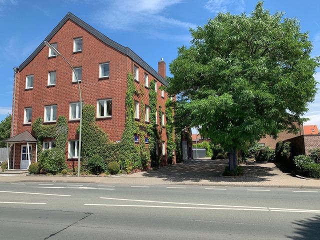 Umbaufähiges Bürohaus im Ort mit ca. 523 qm und Lagergebäude mit ca. 416 qm zur Weiternutzung oder Wohnnutzung
