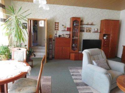 Wohnraum mit drei Stufen zur Küche