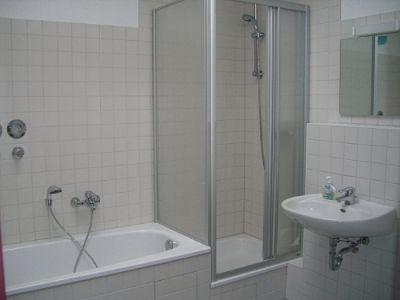 Das Bad mit Wanne und Dusche.