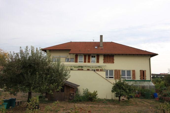 Großzügiges Zweifamilienwohnhaus im toskanischen Stil mit Fahrzeughalle und Gewerbeeinheit