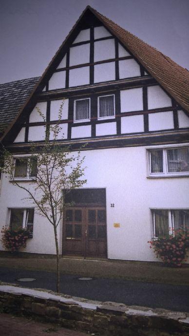 Wohnhaus mit Nebengebäude und Gartenland