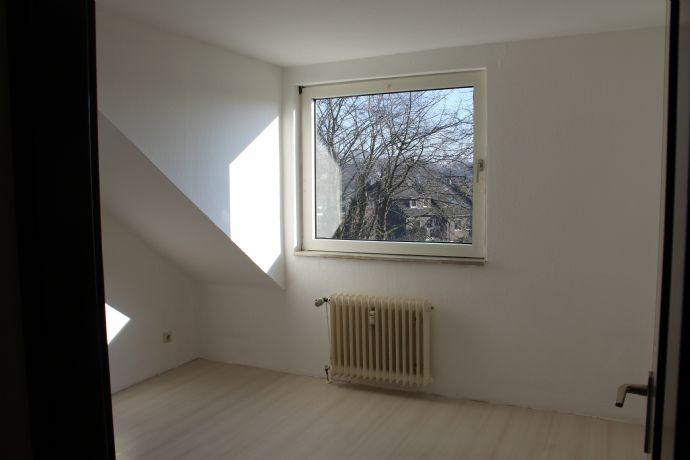 Schöne Dachgeschosswohnung in zentraler Lage (provisionsfrei)