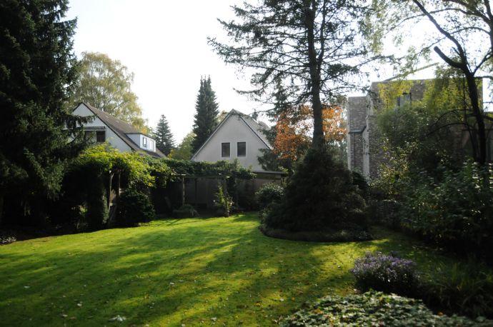 Schönes aber renovierungsbedürftiges Haus in Hamburg Niendorf mit Ausbaureserve, Garten und Garage mit Platz für 2 Fahrzeuge