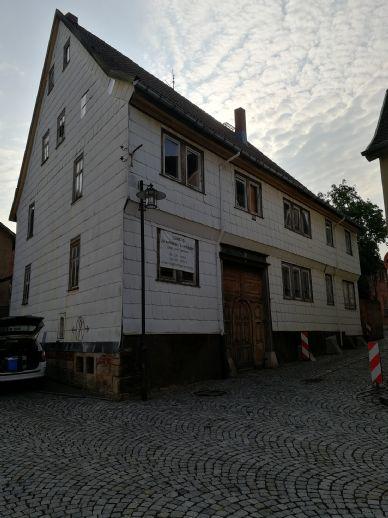 Dreiseitige Hofanlage bestehend aus dem Wohnhaus und den dazugehörigen Wirtschaftsgebäuden