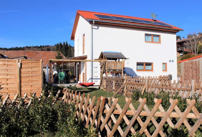 Heimelig und modern! Freistehendes Einfamilienhaus, junges Baujahr, mit Garten und Doppelgarage. Idealer Standort für Grenzgänger