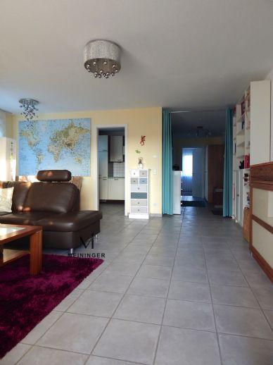 Effizienter Grundriss + Abendsonne - lichtdurchflutete 2 Zimmer-Wohnung mit großem Balkon, EBK, TGL-Bad + Pkw-Stellplatz in ruhiger Lage