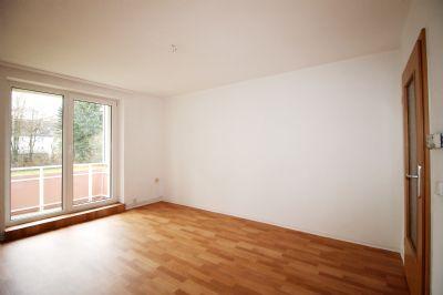 Wohnraum mit modernem Fußboden und Balkon