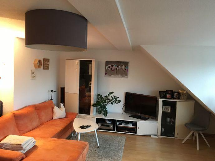 TOP! - geräumige 2-Zimmer-Dachgeschosswohnung mit Balkon und EBK