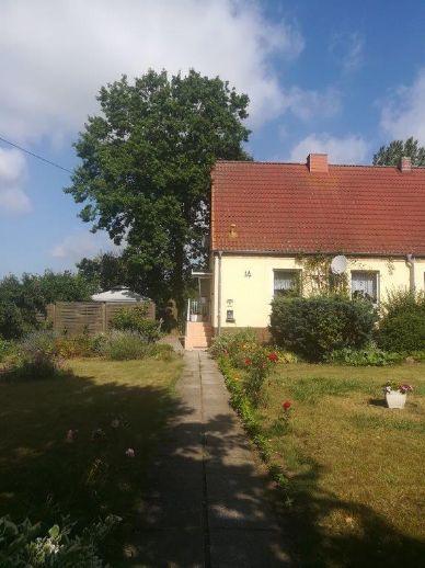 Eine Doppelhaushälfte auf großem Grundstück mit viel Nebengelass