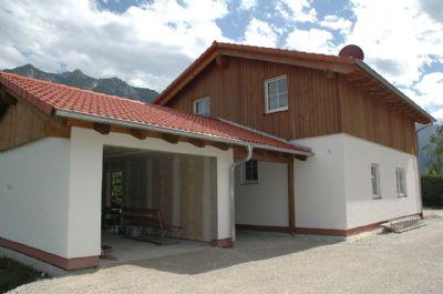 Garage mit Carport und Eingang