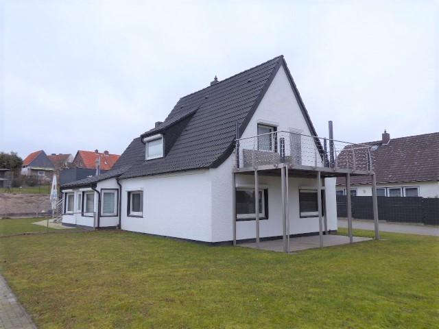 Großes Einfamilienhaus mit Doppelgarage und