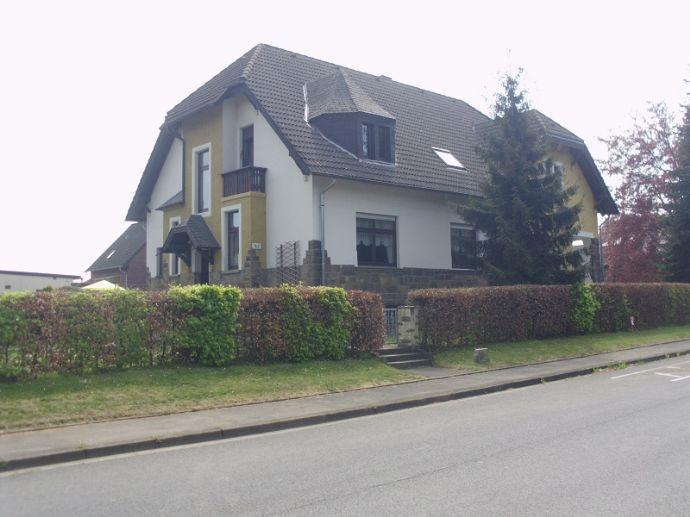 Historische Dorfschule von Langerwehe - Luchem , die heute als Wohnhaus für 2 Generationen mit Büro eine neue Bestimmung hat.