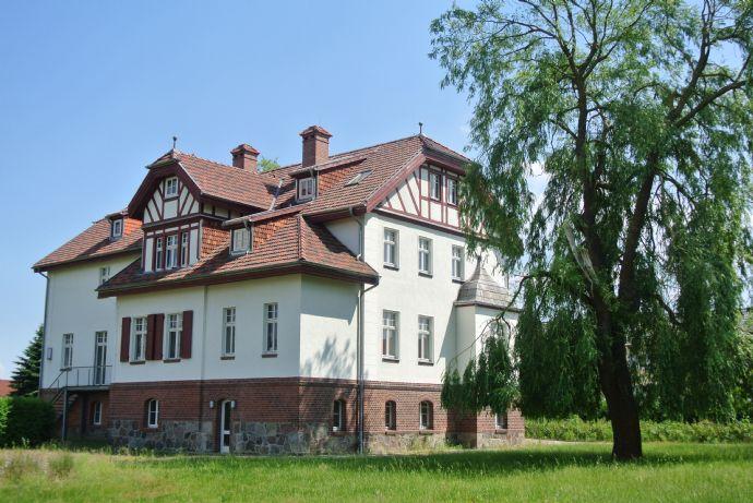 wunderschön restaurierte Residenz mit anschließenden Park und Baureserve