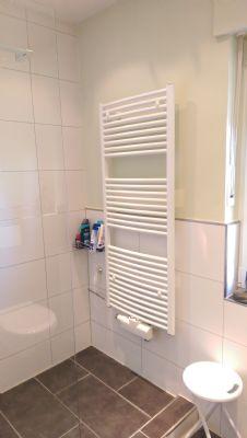 Handtuchheizkörper als Teil der Duschanlage
