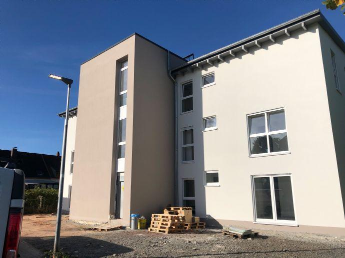 Neubau-Moderne barrierefreie 3 ZKB mit Terrasse, Stellplatz und Kellerabteil