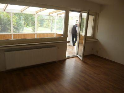 Wohnzimmer mit Zugang zur geschlossenen Terrasse