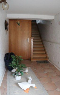 Eingang mit Treppenhaus