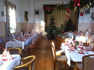 Bild 17 Weihnachtstafel im Saal mit Bühne