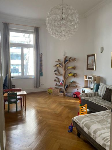 Stilaltbauwohnung mit EBK, TL-Bad u. PKW-Stellpl. in repräsentativen Gru¨nderzeitgebäude Nähe Fr