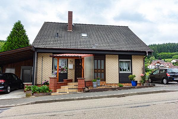 Einfamilienhaus mit großem Garten und Baugrundstück