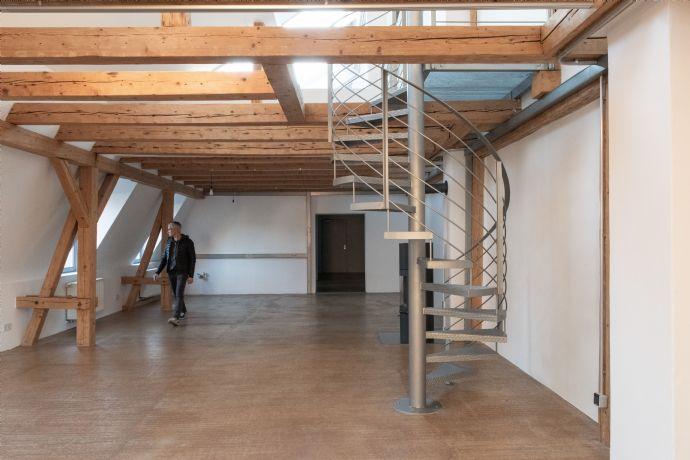 Loftetage mit Spitzboden und Dachterrasse