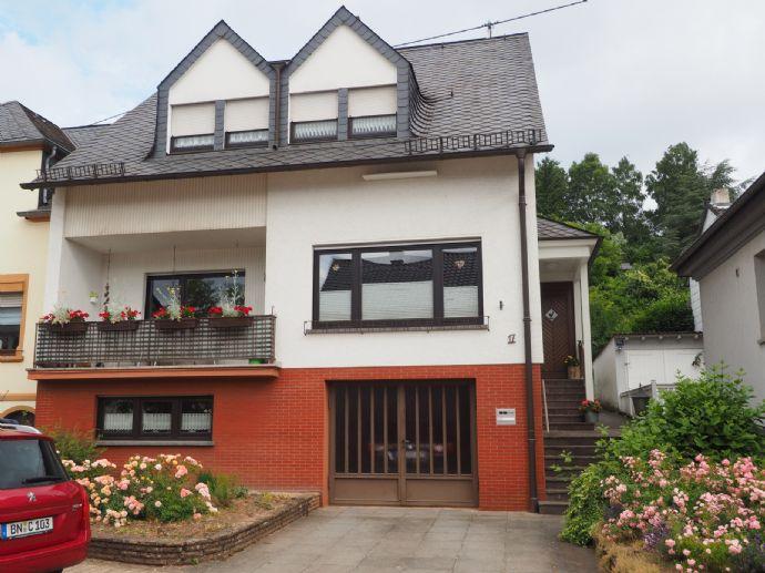 Provisionsfrei von Privat: Einfamilienhaus in Tawern mit Einliegerwohnung, großem Garten, Terrasse, zwei Balkonen und Garage.