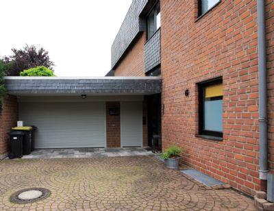 Hauseingang mit Garagenzufahrt