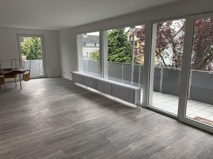 Top renovierte großzügig ausgestattete Wohnung mit Balkon in einem 3 Parteien-Haus