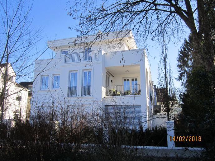 Sehr begehrte Wohnlage: neuwertige  2-Zimmer-Wohnung in top-Ausstattung mit Tiefgaragenplatz in Bün