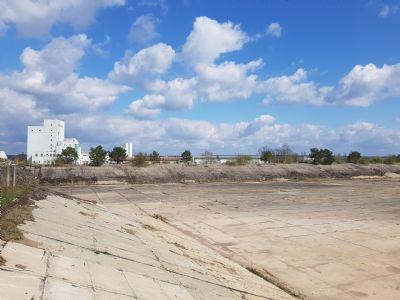 32.000 m². Wasserdichtes Betonbecken bzw. Betonfläche