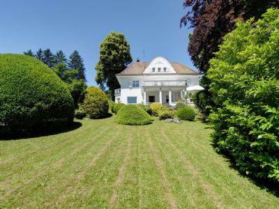 Großzügiger Garten mit historischem Anwesen