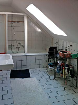 Badezimmer: Wanne mit Dusche und WC