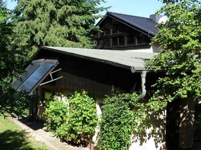 Rückwand ausgebaute Garage mit Sonnenkollektoren