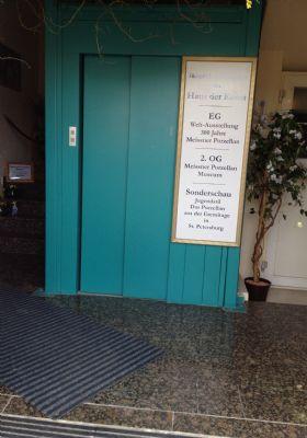 Vorplatz mit Granitboden und Aufzug