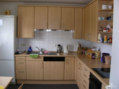 Küche mit Einbauküche in Buche