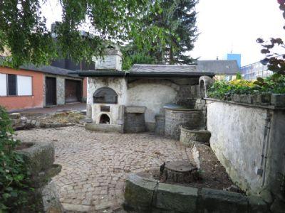 Backofen und Brunnen
