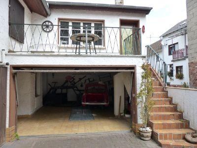 große Garage mit Grube und Werkstatt