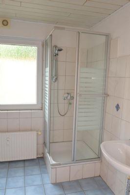 Tageslichtbad mit Dusche und Wanne im OG