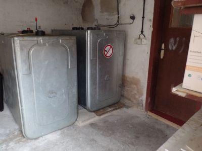 zwei Öltanks im Nebengebäude 1 ...