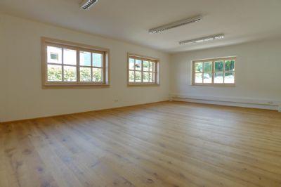 großzügiger Therapieraum mit hochwertige Holzboden