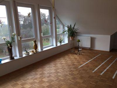 Wohnzimmer mit großem Fenster u. Schalosien