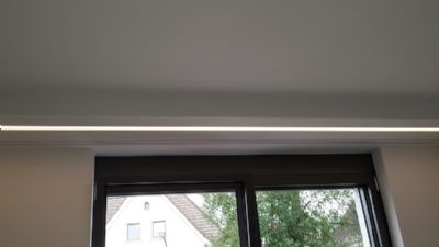 integrierte LED-Beleuchtung und Gardinenleisten