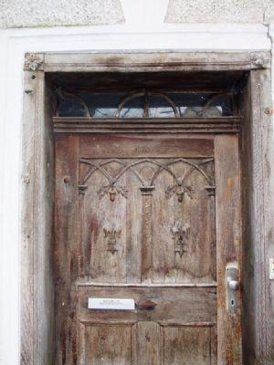 Historische Eingangtür mit Verzierung & Oberlicht