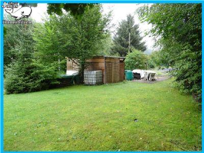 Kempfenbrunn: Baugrundstück am Ortsrand mit kleinem Gartenhaus
