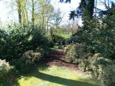der Garten zur rechten Seite der Terrasse