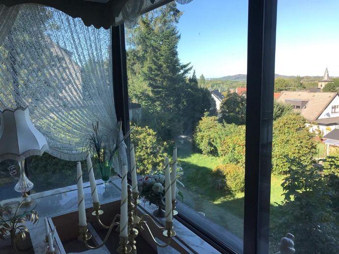 Schickes Anwesen mit tollem Ausblick und Baugrundstück