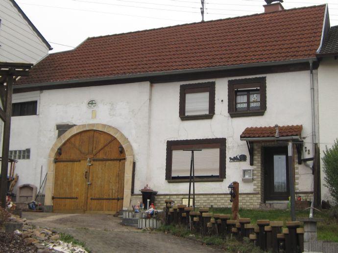 Sanierungsbedürftiges Einfamilienhaus, beidseitig angebaut, in Schmelz - Limbach